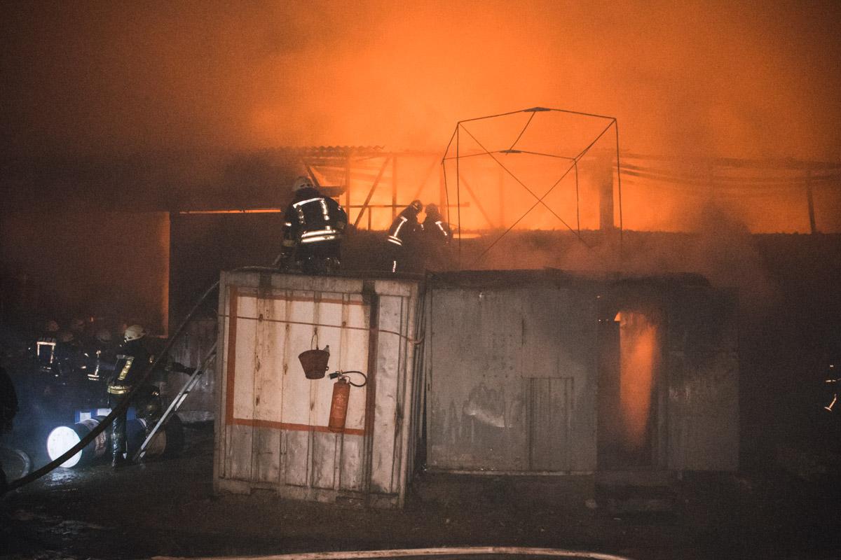 В Киеве горел склад с топливом и маслом