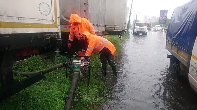 Ливень затопил Киев: на дорогах пробки, к вечеру дождь усилится