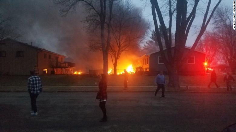 В США самолет рухнул на жилые дома, погиб пилот