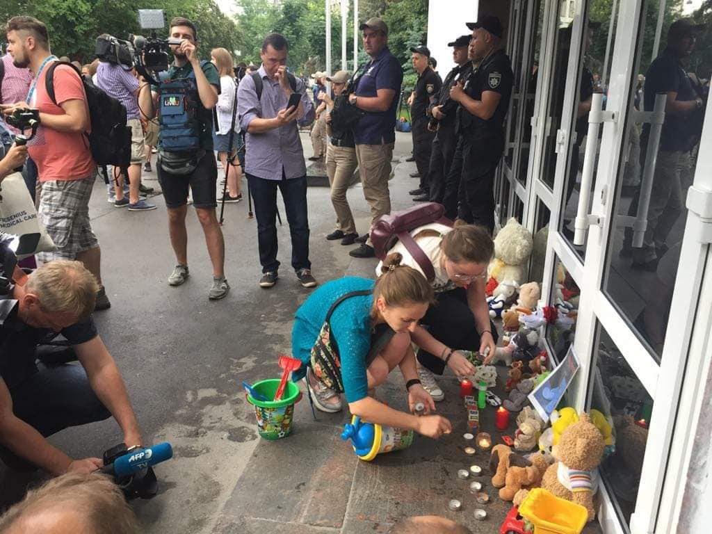 Убийство пятилетнего мальчика: под зданием МВД в Киеве требуют отставки...