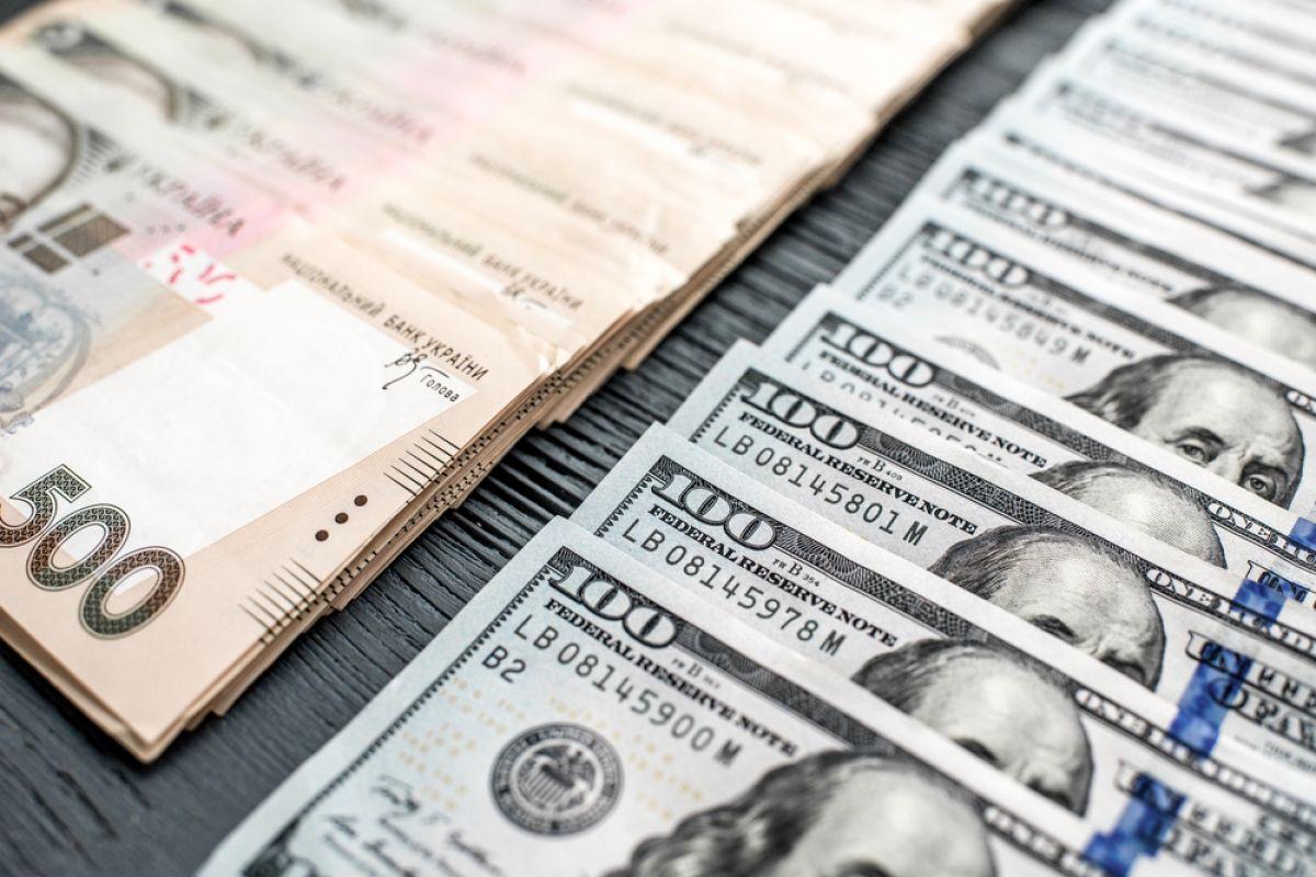 НБУ сокращает покупку валюты на межбанке. Курс гривны замер перед отметк...