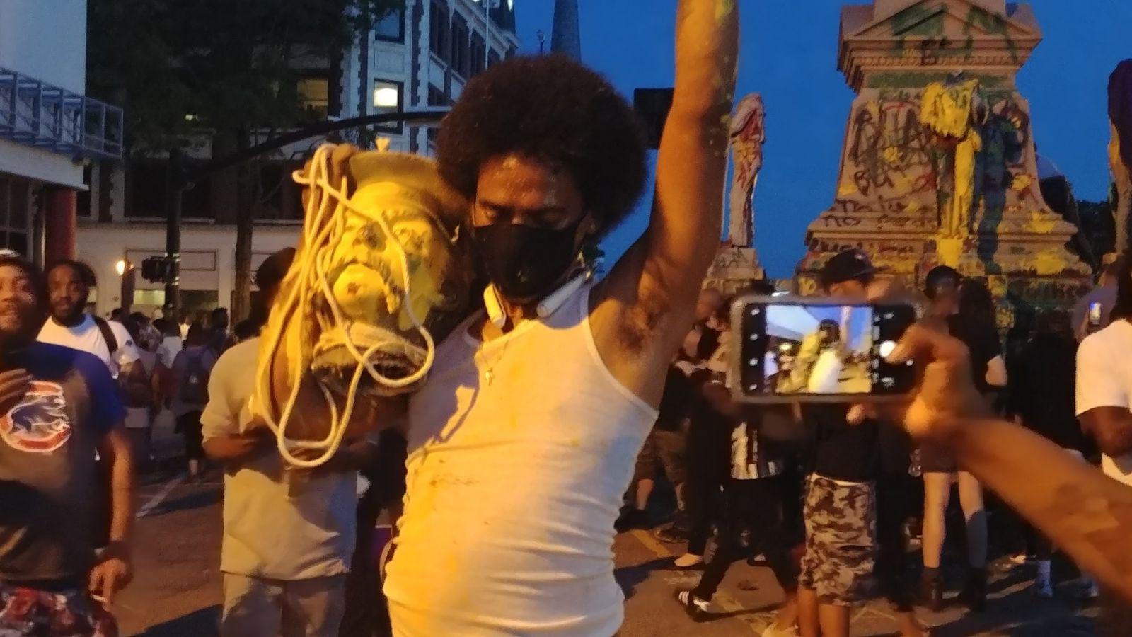 Памятник солдатам Конфедерации проломил голову одному из протестующих, к...