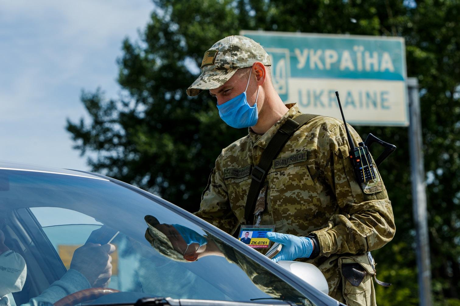 Полиция с мигалками пропускает элитарные авто через украинскую границу,...