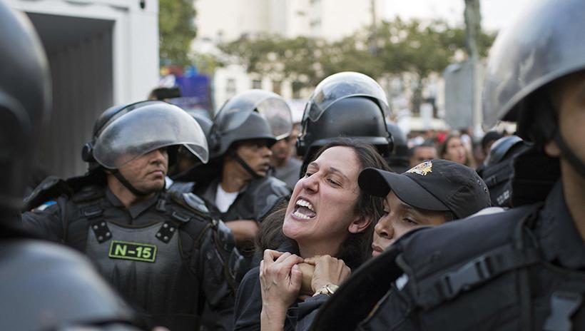 Жители Рио встретили Олимпийский огонь акцией протеста