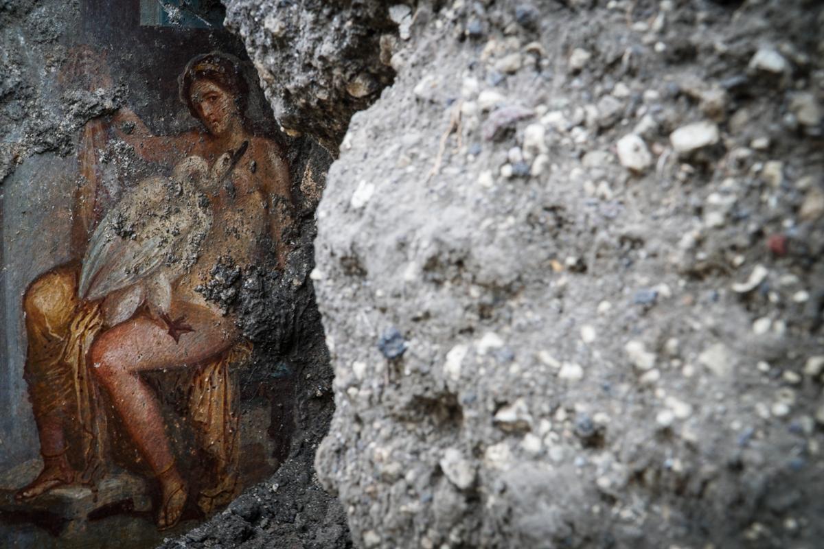 В Помпеях нашли эротическую фреску с Ледой и лебедем