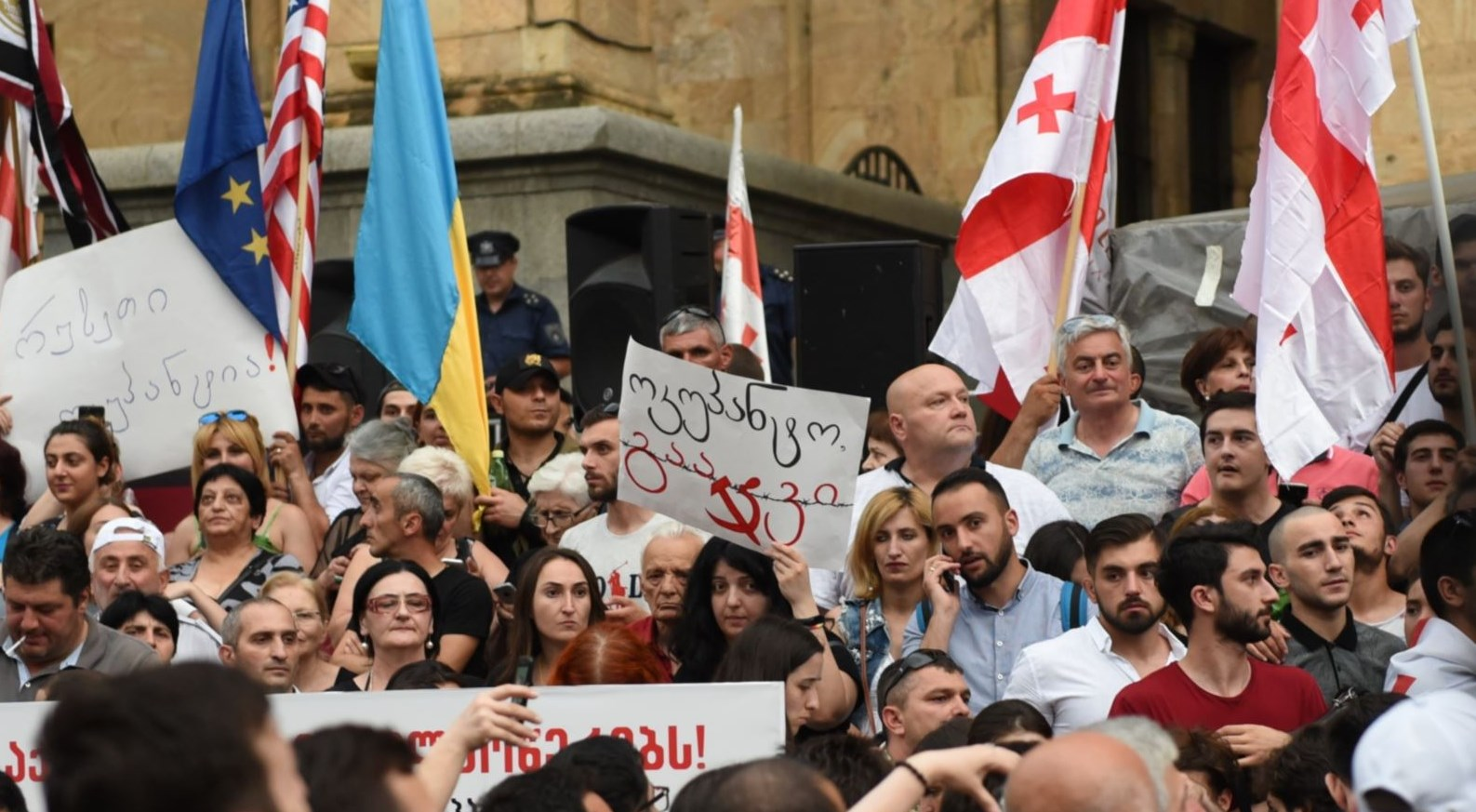 В Грузии протесты из-за российского дипломата. РФ возмущается и винит во...