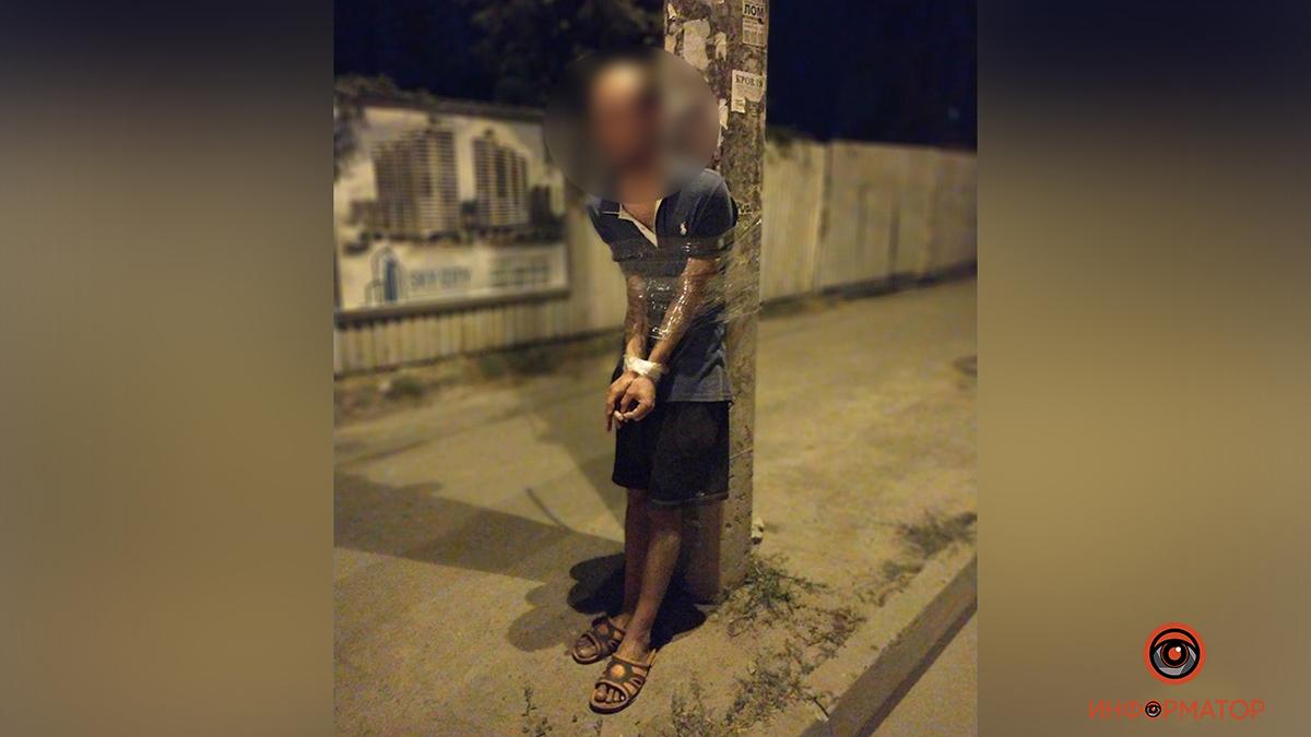 Прохожие в Днепре привязали мужчину к столбу, обвинив его в педофилии