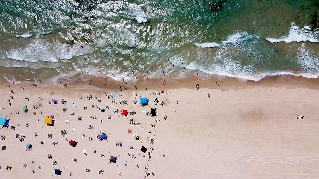 На границе двух миров: в одном городе Израиля пляжи закрыли на карантин,...