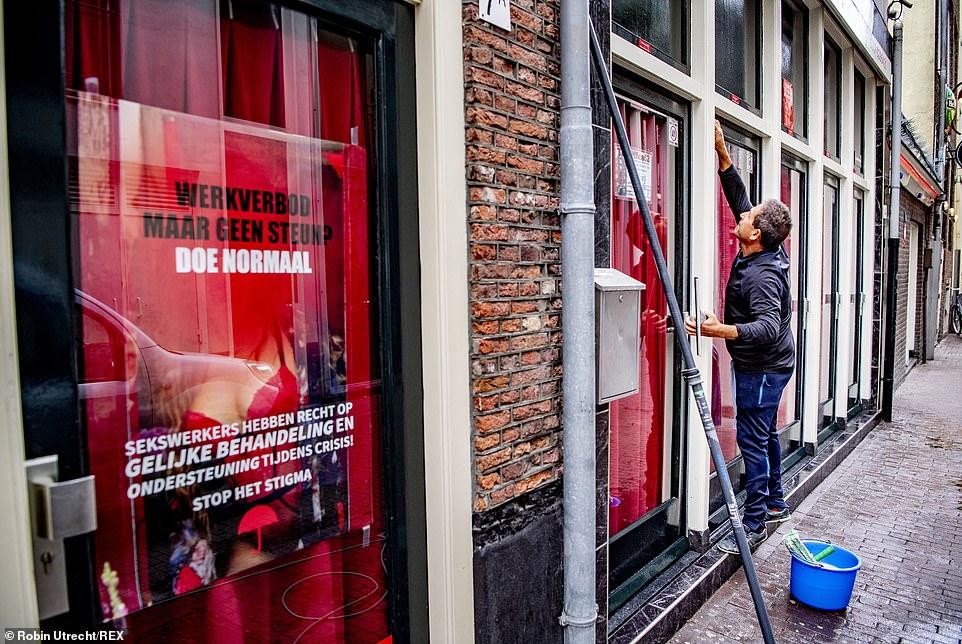 Перчатки, маски и никакого орального секса: в Амстердаме открывается ква...