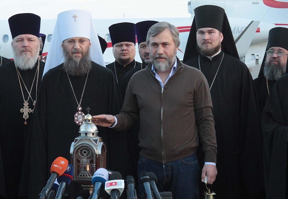 В Украину привезли благодатный огонь