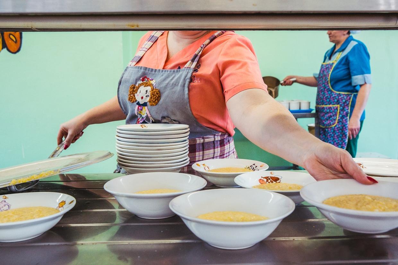 На 11 гривен в день. Чем кормят детей в украинских школах и как выбирают...