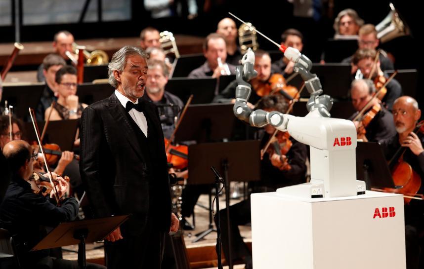 В Италии робот впервые дирижировал симфоническим оркестром
