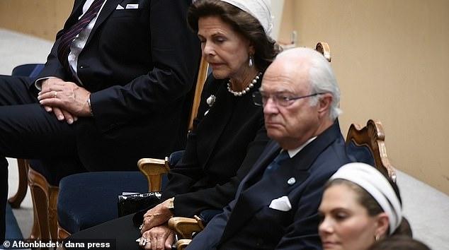 Спящие красавицы: шведские королева и принцесса уснули во время открытия...