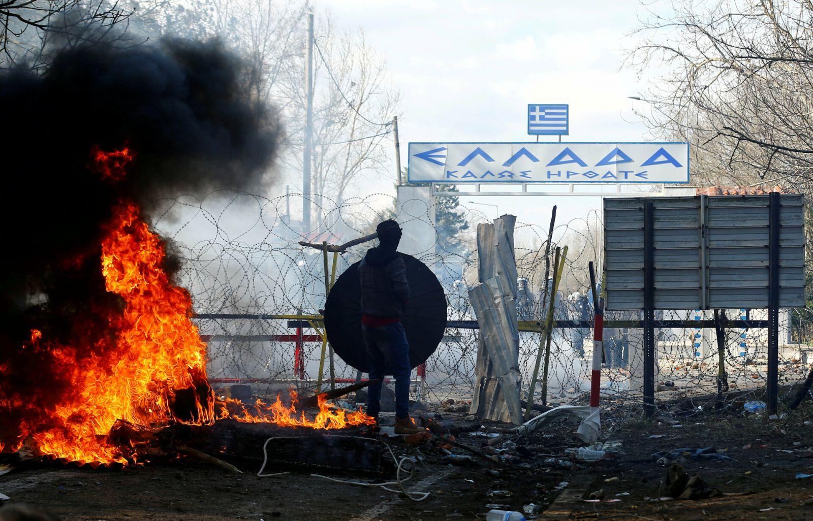 Кризис на границе: более ста тысяч мигрантов хотят прорваться из Турции...