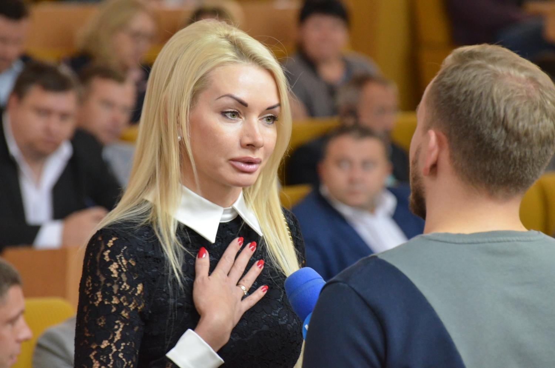 """""""Баба рабочая и вообще красотка"""". Корниенко и Арахамия обсудили """"слугу н..."""