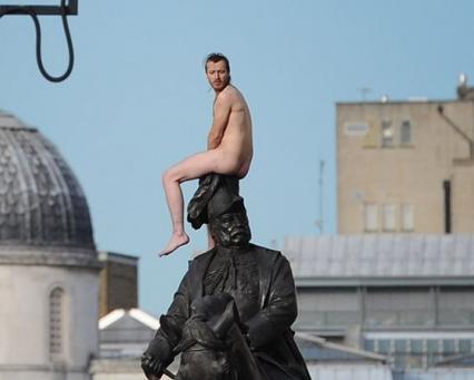 В Лондоне задержали украинца, который голым вылез на памятник принцу Гео...