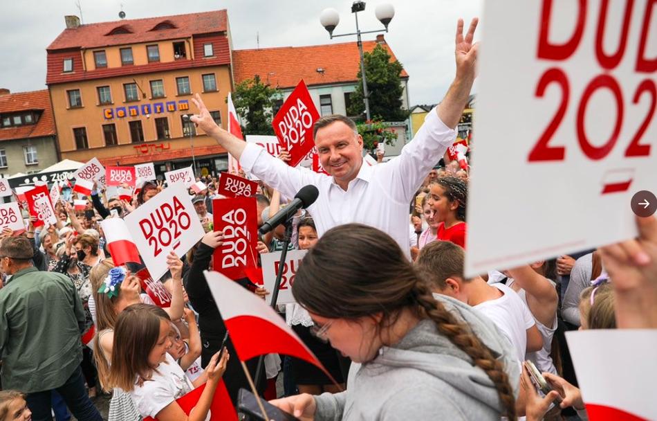 Анджей Дуда внесет в Конституцию Польши запрет на усыновление детей одно...