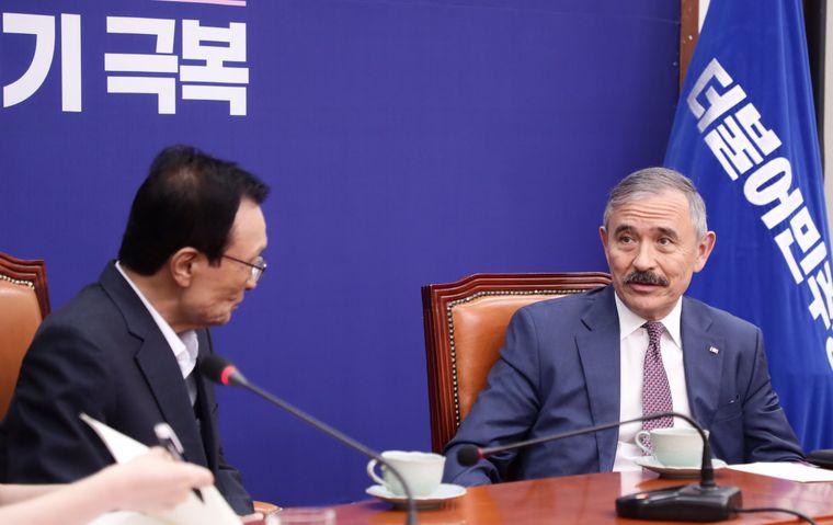 Фактор дипломатии. Посол США в Южной Корее сбрил усы, которые напоминали...