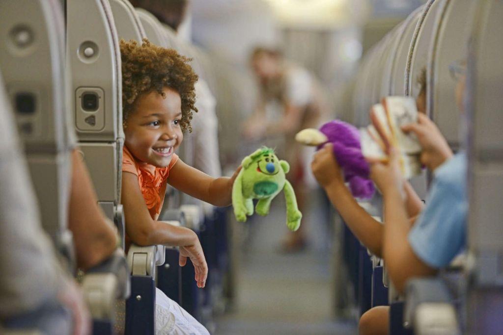 Японская авиакомпания во время полетов будет ограждать пассажиров от дет...