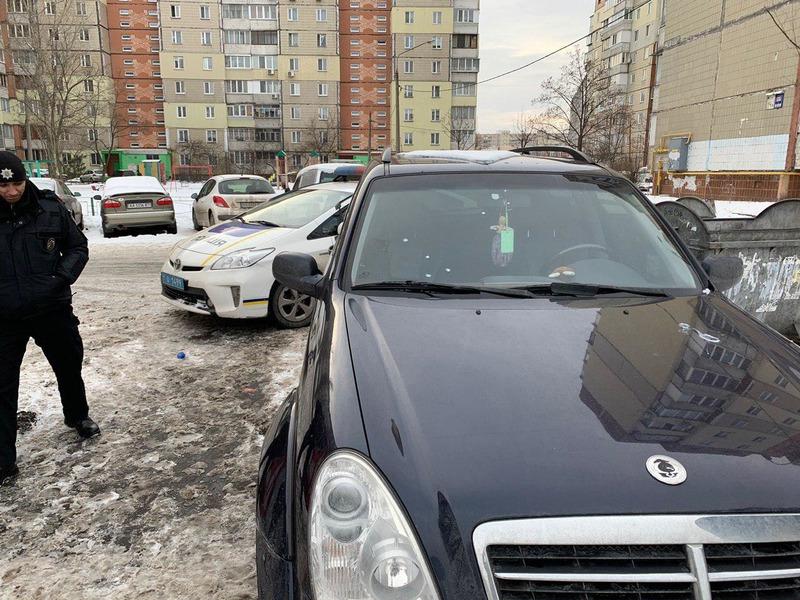 В Киеве обстреляли автомобиль сотрудников штаба Гриценко