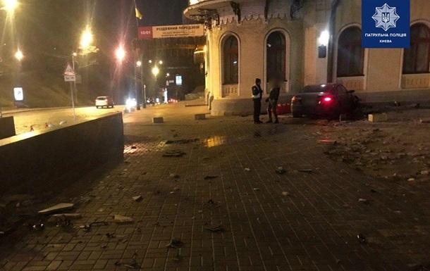 В Киеве пьяный водитель на иномарке въехал в здание филармонии