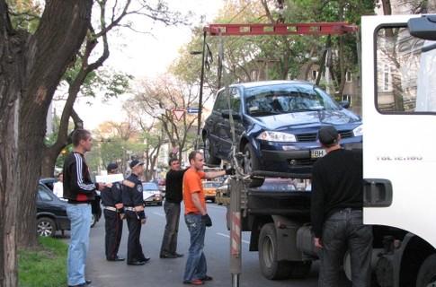 За парковку под знаком эвакуаторы cтоличным водителям пока не грозят