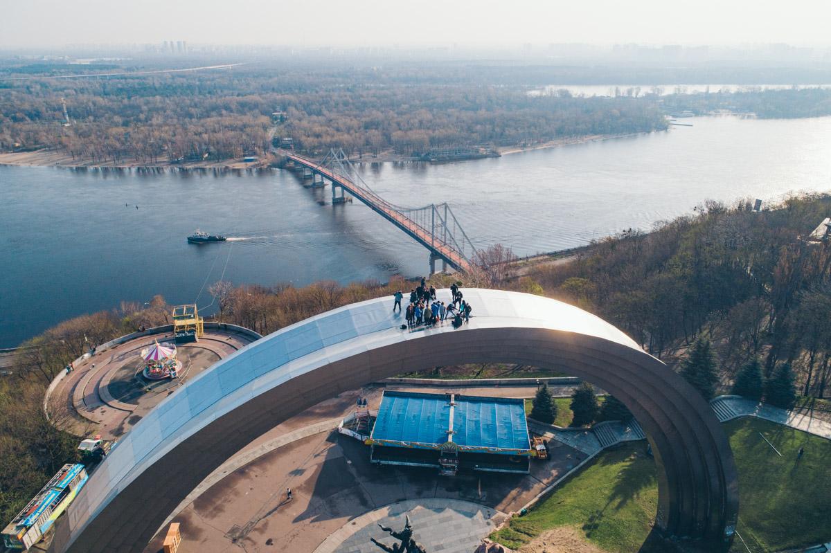 В Киеве руферы прогуливались по Арке дружбы народов