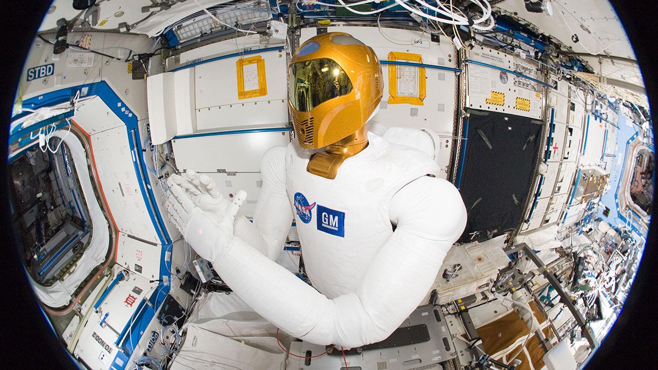 Робонавта, которому астронавты пытались приделать ноги, эвакуируют с МКС