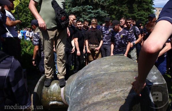 В Харькове повалили памятник маршалу Жукову