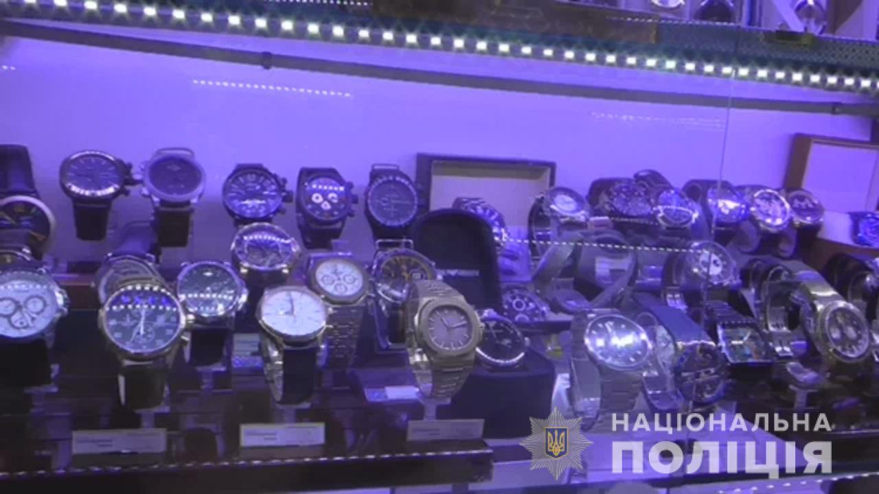 В Николаеве полицейские поймали женщину на продаже подделок брендовых ча...
