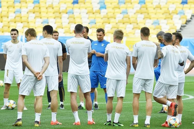 Футболисты сборной Украины провели предматчевую тренировку перед игрой с...