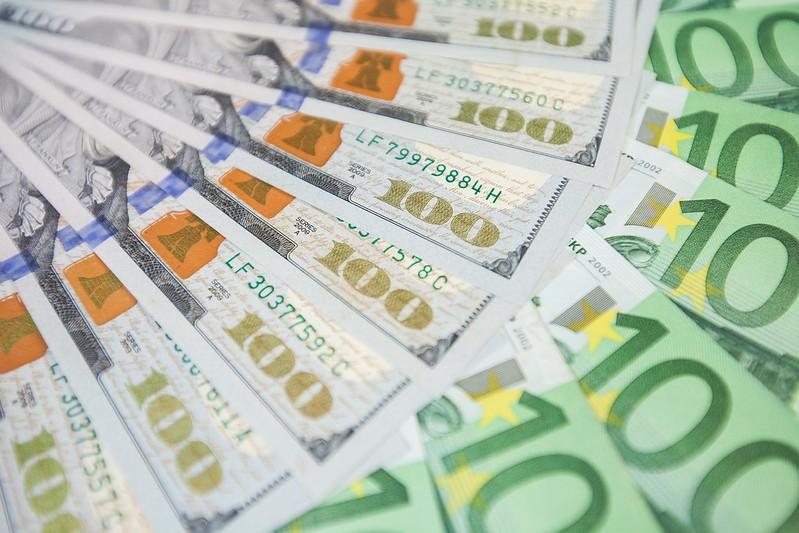 Курс гривны к доллару и евро на 24 февраля практически не изменился