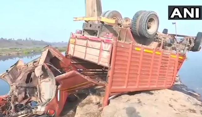 """В Индии """"свадебный"""" грузовик упал с моста: погиб 21 человек"""