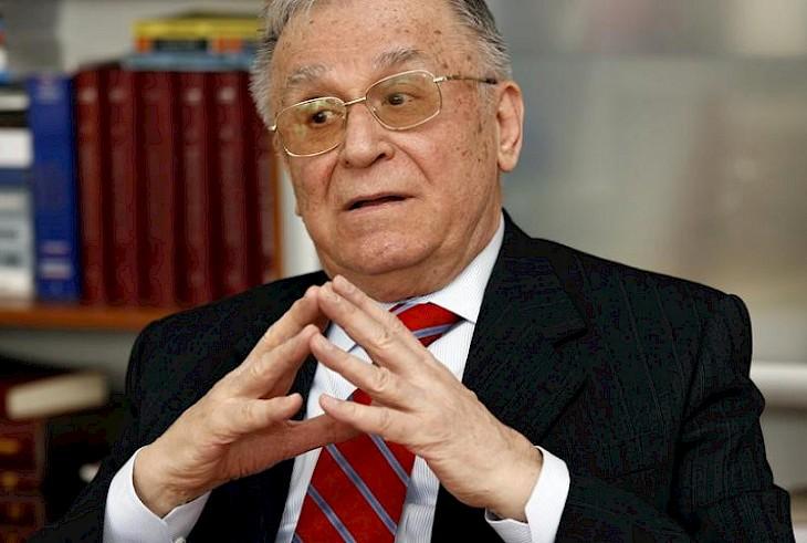 Экс-президент Румынии официально обвинен в преступлениях против человечн...