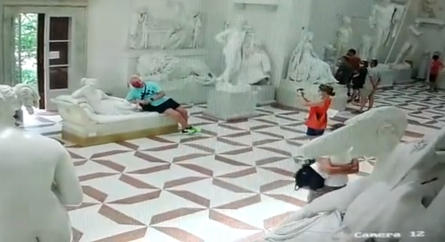 Прилег ради снимка: турист сломал статую в итальянском музее