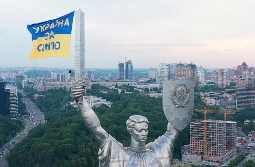"""""""Украина за семью"""". Противники ЛГБТ подняли на Родину-мать национальный..."""
