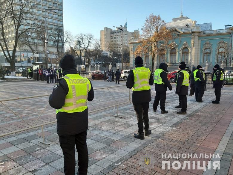 Полиция усилила меры безопасности в Киеве из-за акций под Радой