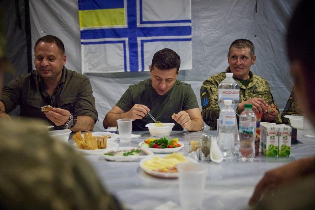 Зе этикет: как съездить к военным, сесть с ними за один стол и спровоцир...