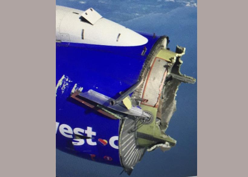 Пилоты посадили самолет, у которого в воздухе распался двигатель