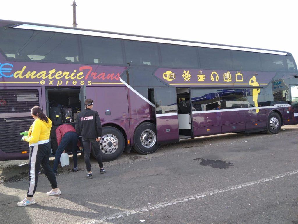 На границе с Украиной застряла дюжина автобусов с сотнями туристов из Мо...