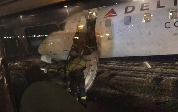 В Канаде самолет соскользнул со взлетной полосы из-за гололеда