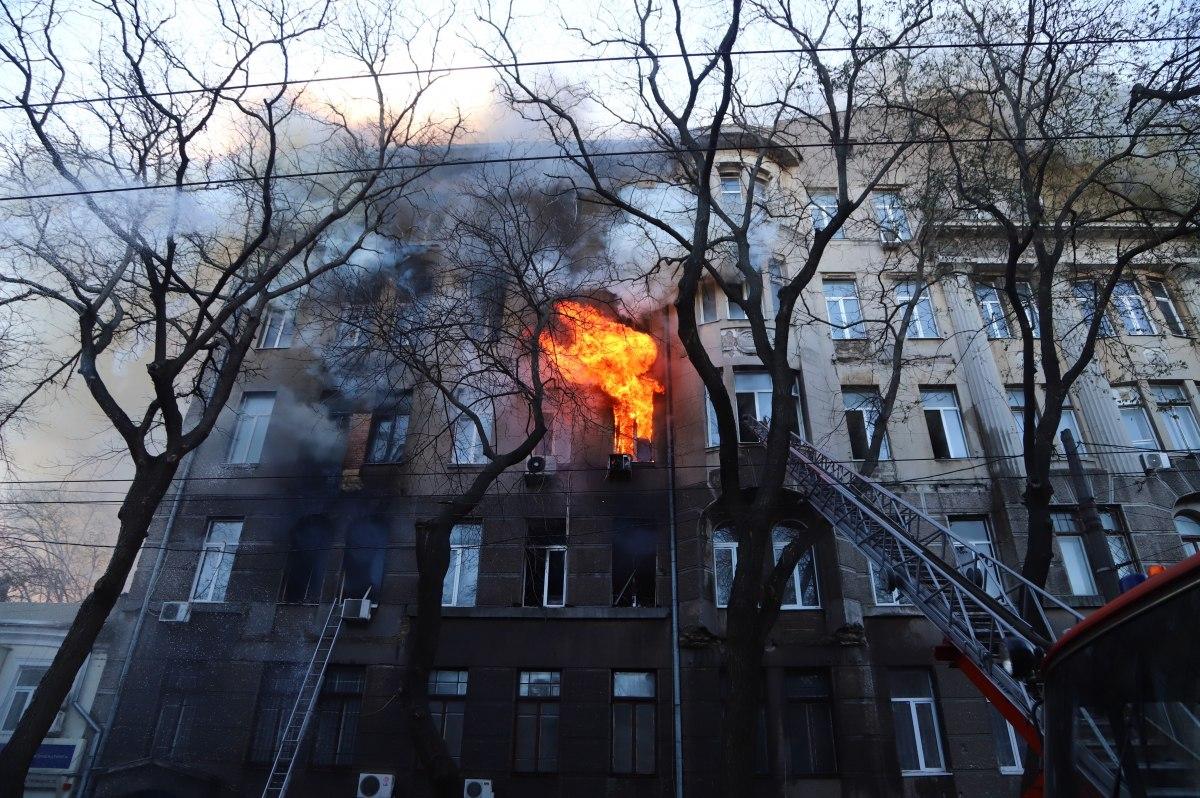 Ученики прыгали из окон. В центре Одессы горит колледж экономики и права...