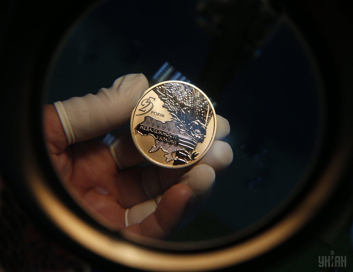 """Золотые монеты """"25 лет независимости Украины"""" продадут с аукциона в Киев..."""