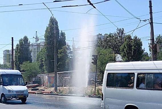 Столб воды поднимался выше проводов. В Николаеве на перекрестке забил фо...