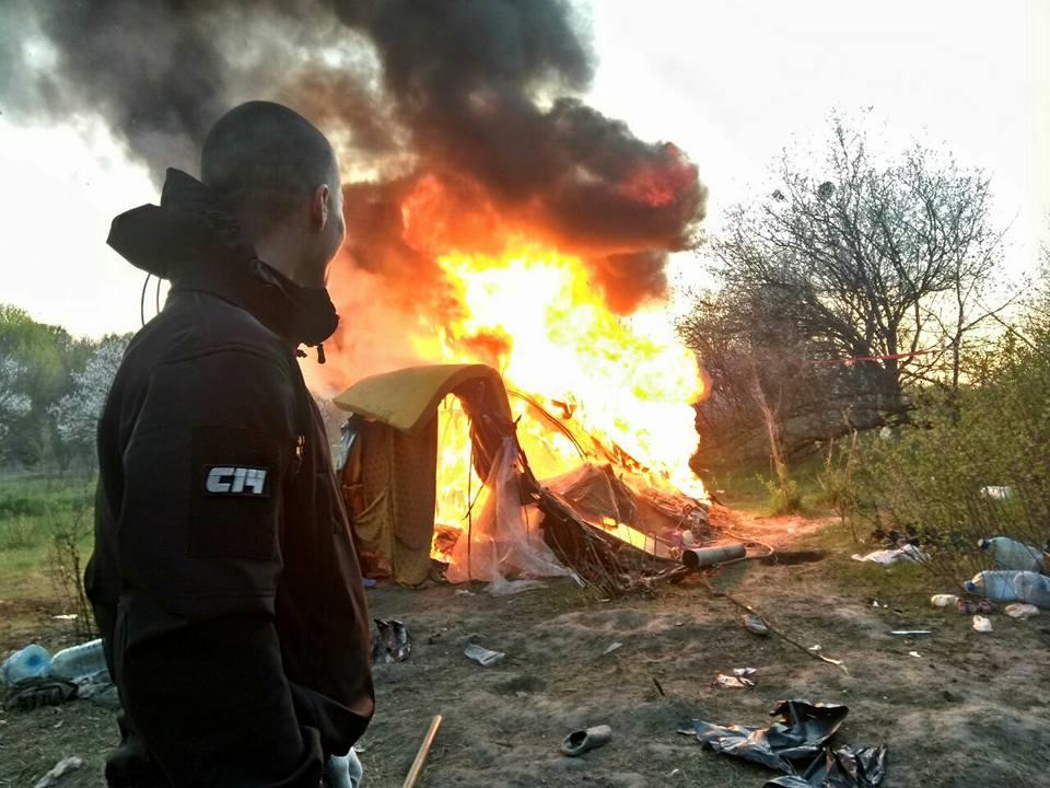 В Киеве националисты сожгли лагерь ромов