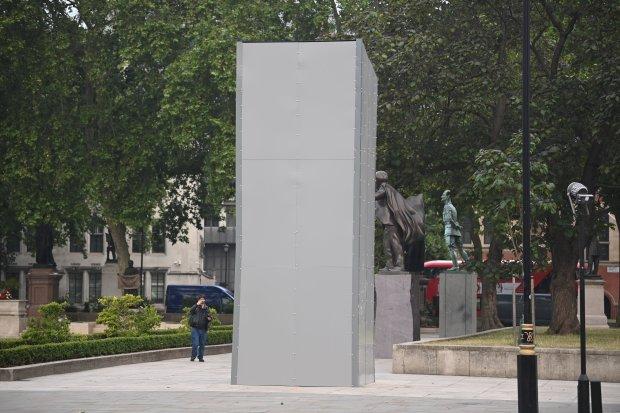 В Лондоне памятник Черчиллю спрятали от протестующих, упрекающих его в р...