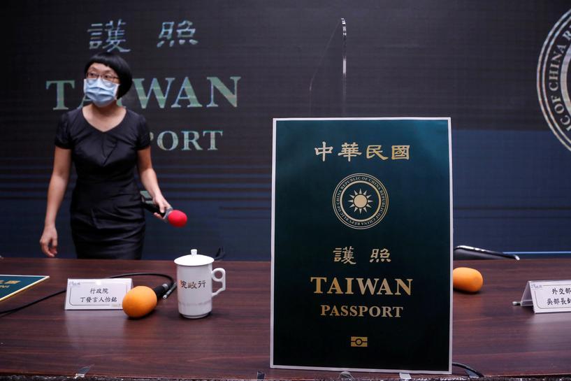 """Жителям Тайваня надоело """"быть китайцами"""". С обложки их паспортов исчезне..."""