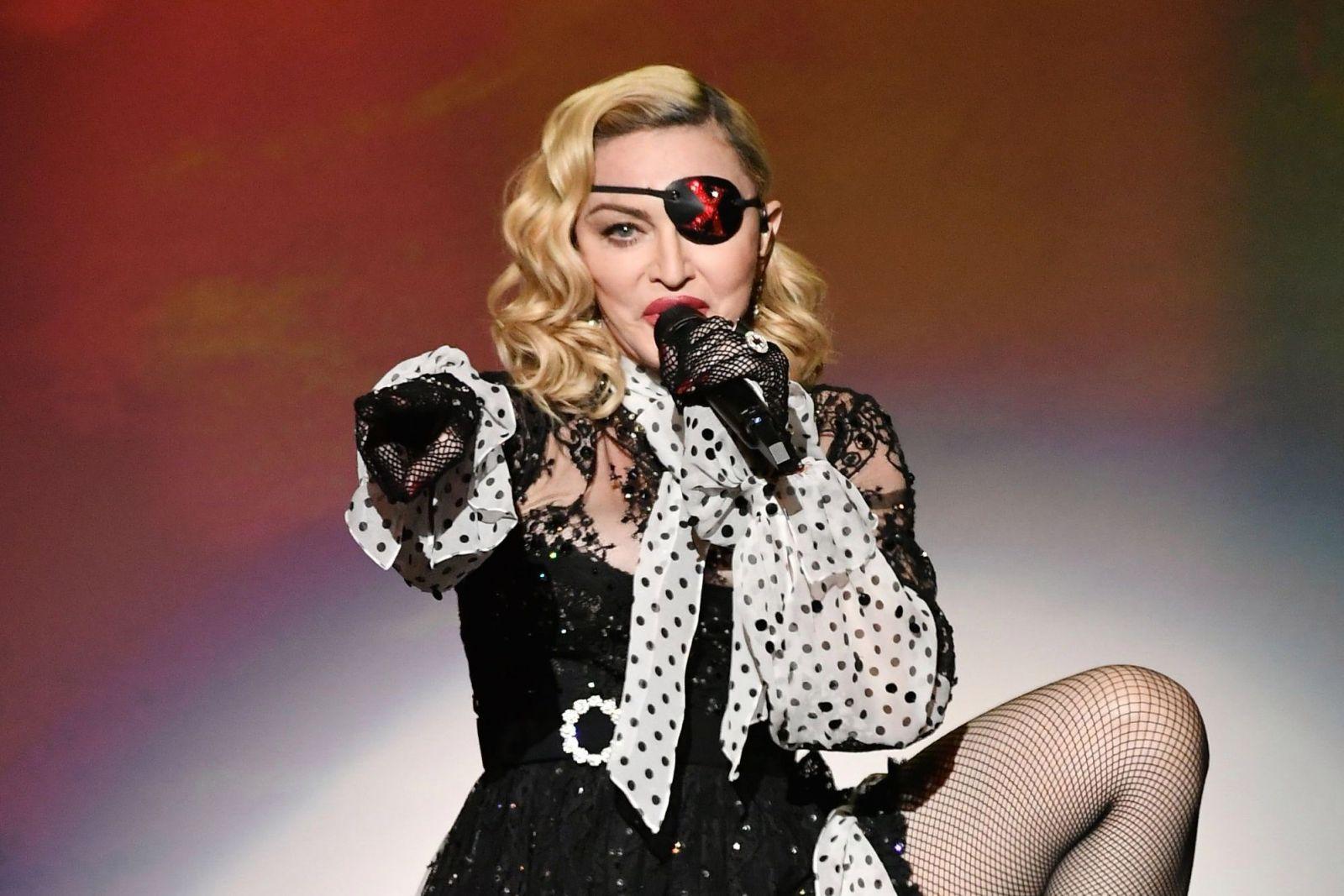 Мадонна запостила свое обнаженное селфи с костылем