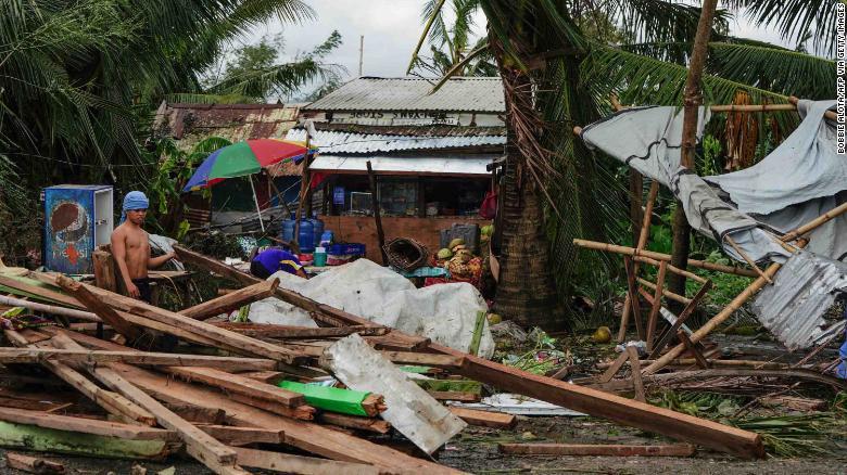 Людей убивали деревья, электричество и вода: на Филиппинах растет число...