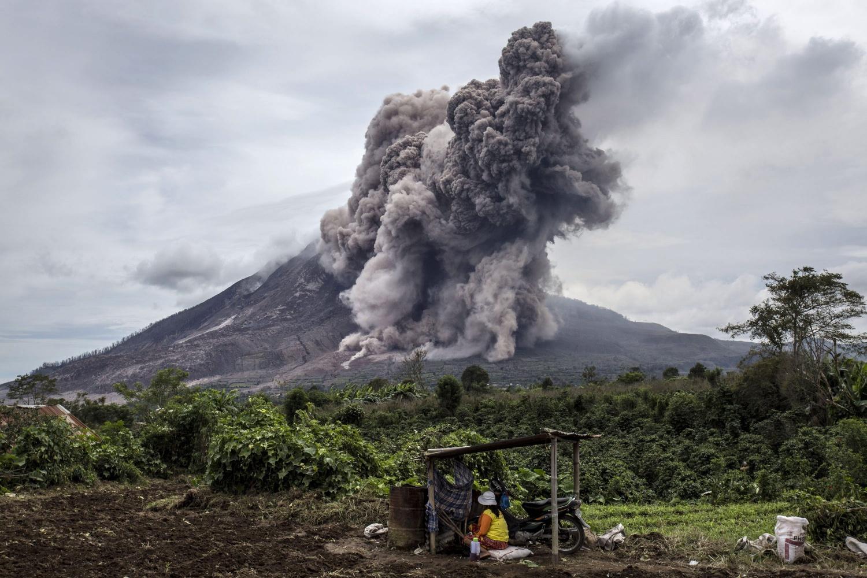 Новое извержение вулкана в Индонезии: столб пепла на 5 км
